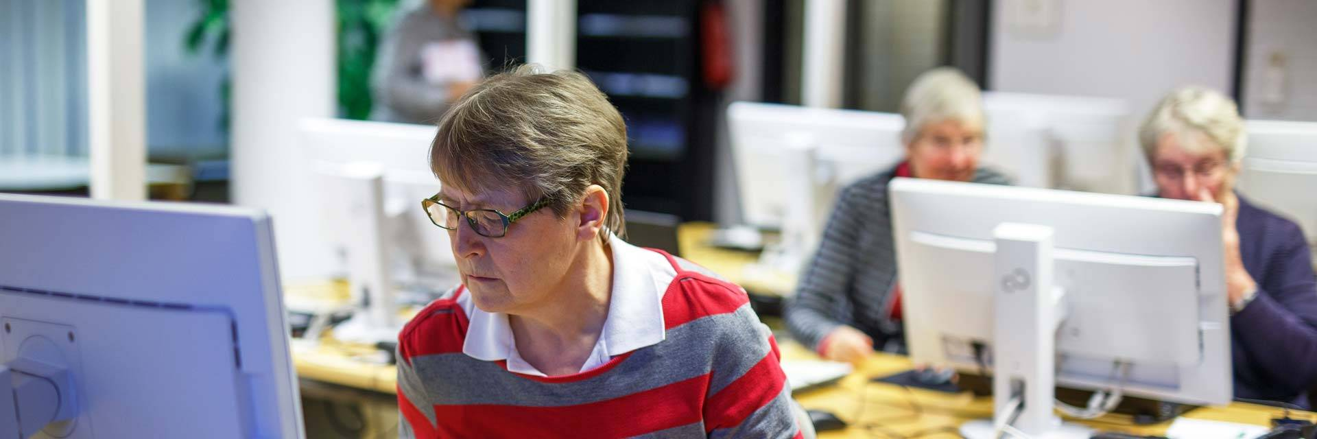 Nainen opettelee tietokoneen käyttöä Valkeakoskiopiston kurssilla